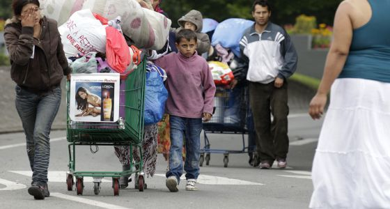 Familias gitanas abandonan un campo ilegal en el norte de Francia, en 2012