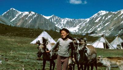 Niños indígenas jugando