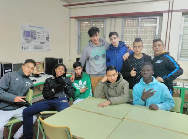 Foto de un grupo multicultural de jóvenes en una clase