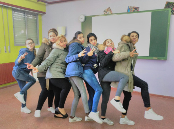 Un grupo de jóvenes posando con gestos para la foto