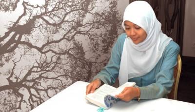 Joven inmigrante leyendo
