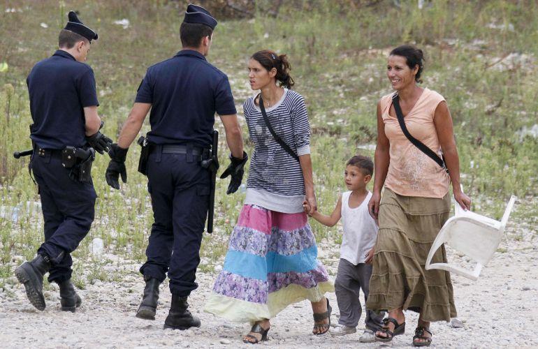 Imagen de dos policias y algunas personas gitanas