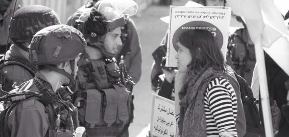 Foto de joven manifestante charlando con soldados