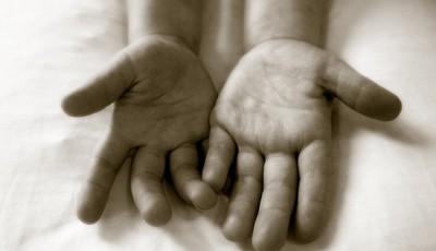 Foto de las manos vacías de un niño
