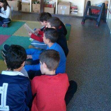 Grupo de niños sentados en el suelo