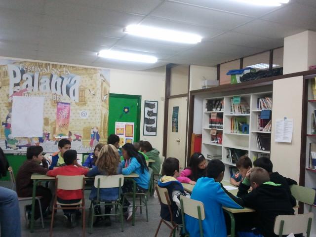 Niños trabajando sentados por grupos
