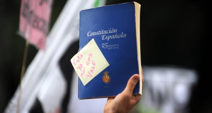 Ejemplar de la Constitución en la mano de una persona
