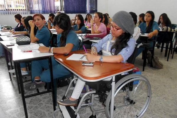 Foto de escuela con una niña en silla de ruedas