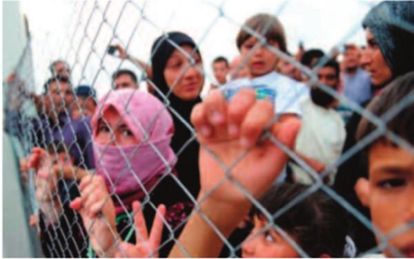 Foto de niños refugiados tras una alambrada