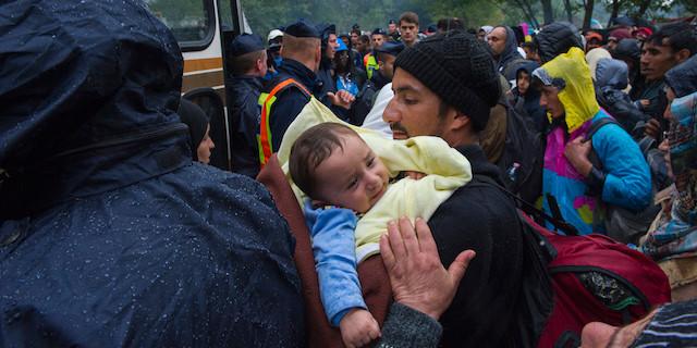 Refugiado con un bebé enfermo