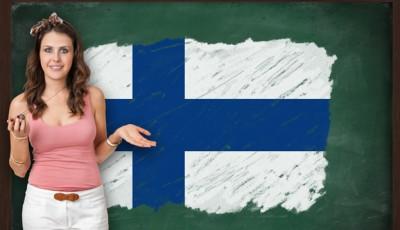 imagen de una mujer ante una pizarra y la bandera de finlandia