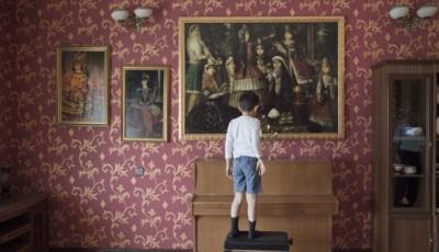 Imagen de un niño mirando un cuadro