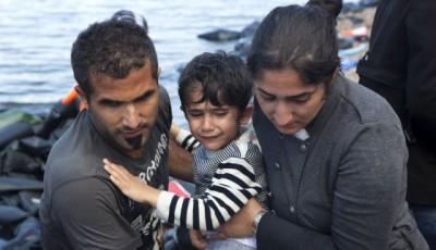 imagen de una pareja de refugiados con un niño