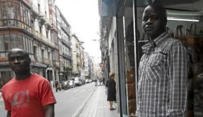 Imagen de dos senegaleses en la calle de Bilbao