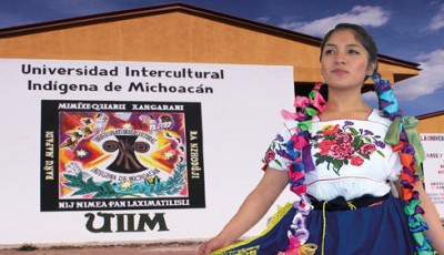 Anuncio de la Universidad, con una joven indígena