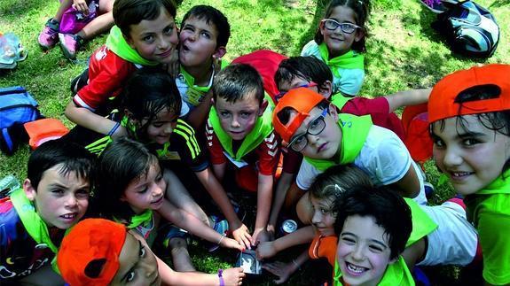 Imagen de un grupo de niños de la Casa Aleste