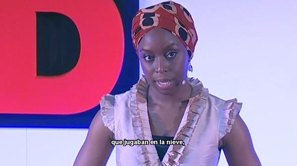 Imagen de la charla TED de la novelista Chimamanda Adichie