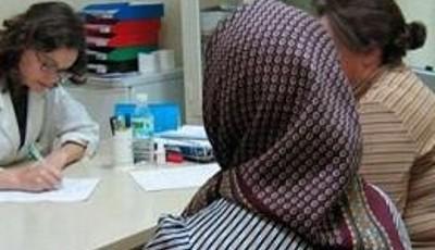 Imagen de una inmigrante con un pañuelo en la cabeza
