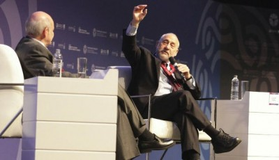 Imagen de Stiglitz durante su conferencia