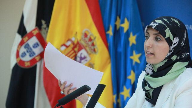 Imagen de Fatima Hamed Hossain ante unos micrófonos