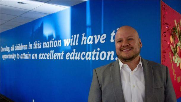 Imagen de un profesor ante un cartel en inglés