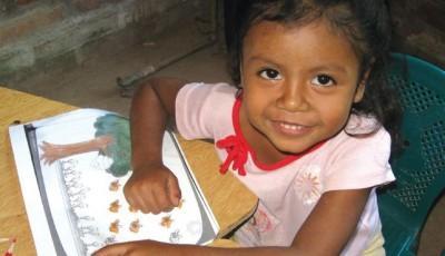 Imagen de una niña en clase