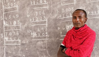 Imagen de un guerrero masai ante una pizarra llena de números