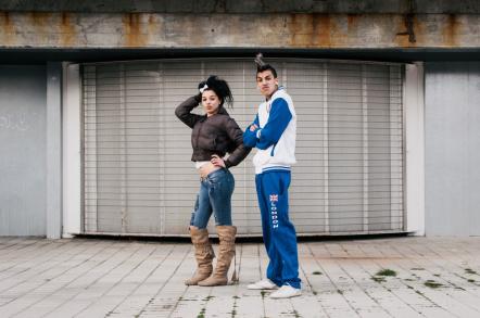 Imagen de dos jóvenes posando
