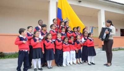 Imagen de un grupo de niños cantando