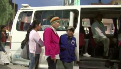 Un fotograma del documental con un niño hablando con las educadoras