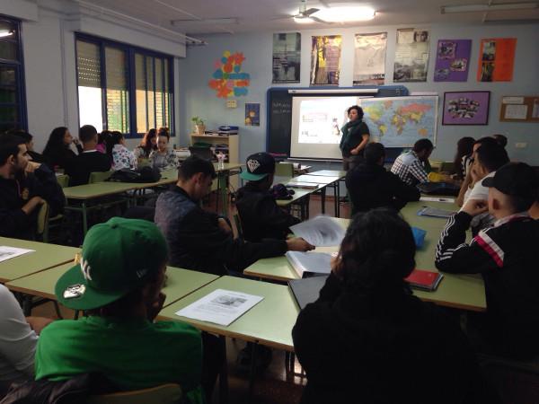 Grupo de jóvenes en una clase
