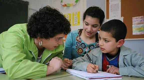dos niños con una profesora