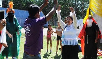 Imagen de unos jóvenes indígenas danzando