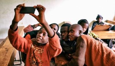 grupo de niños keniatas haciéndose un selfie