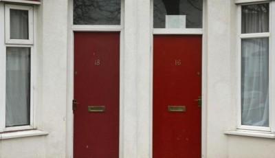 Foto de la puerta pintada de rojo de dos casas contiguas