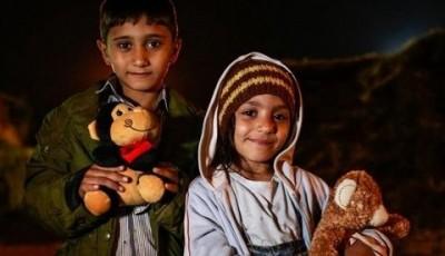 Imagen de dos niños sirios refugiados en una base de Oxfam Intermon