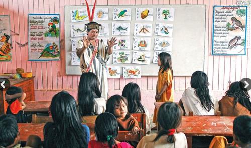 Imagen de un joven indígena en una clase