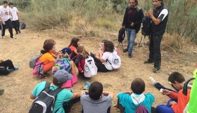 un grupo de jóvenes sentados en el campo
