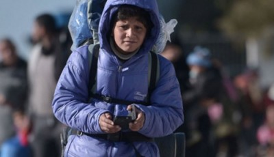 imagen de un niño en un campo de refugiados