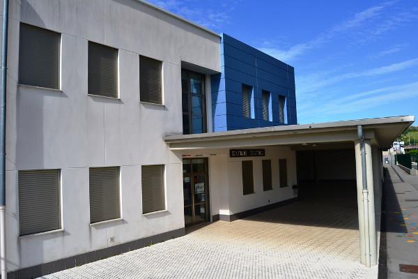 Imagen de la fachada y entrada de una ikastola