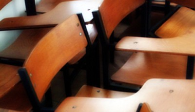 Imagen de sillas antiguas de un aula