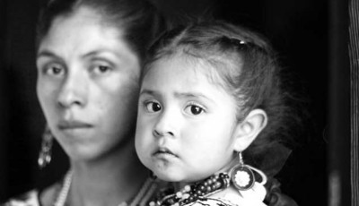 Imagen de una indígena con un bebé