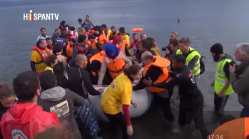fotograma de un vídeo de la página, una lancha con refugiados