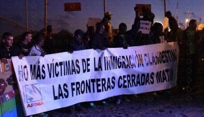Un grupo de personas con una pancarta a favor de la inmigración