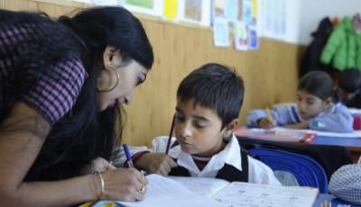 imagen de una profesora explicando a un niño