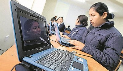 imagen de una niña ante un ordenador