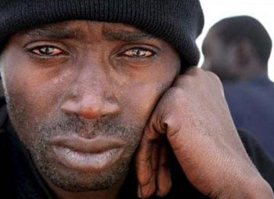 Imagen de un inmigrante llorando