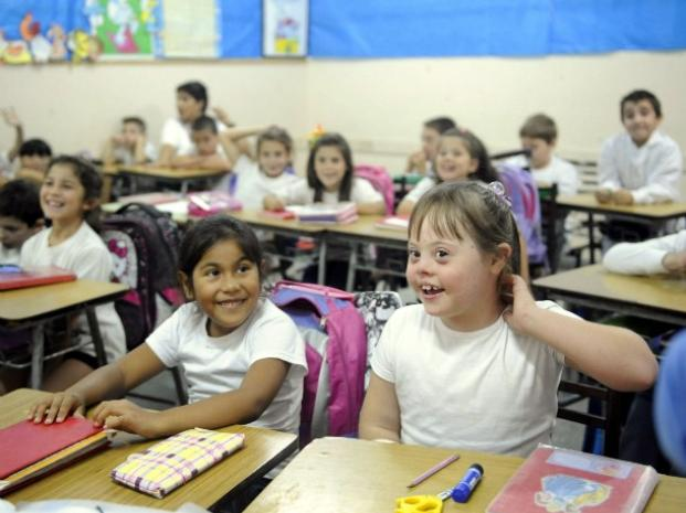 imagen de una clase en la que una niña es Down