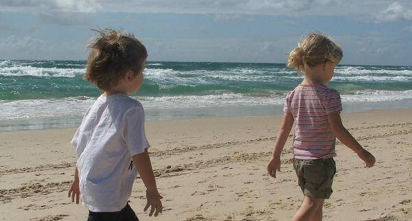 Imagen de dos niños caminando por la playa