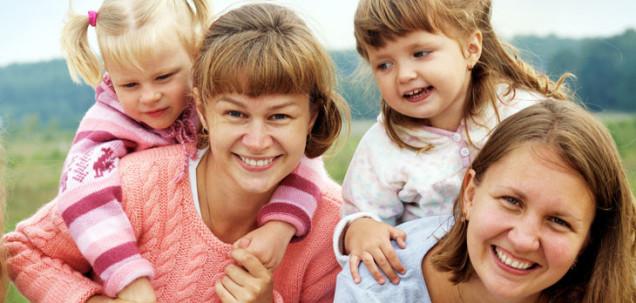 Imagen de dos mujeres y dos niñas